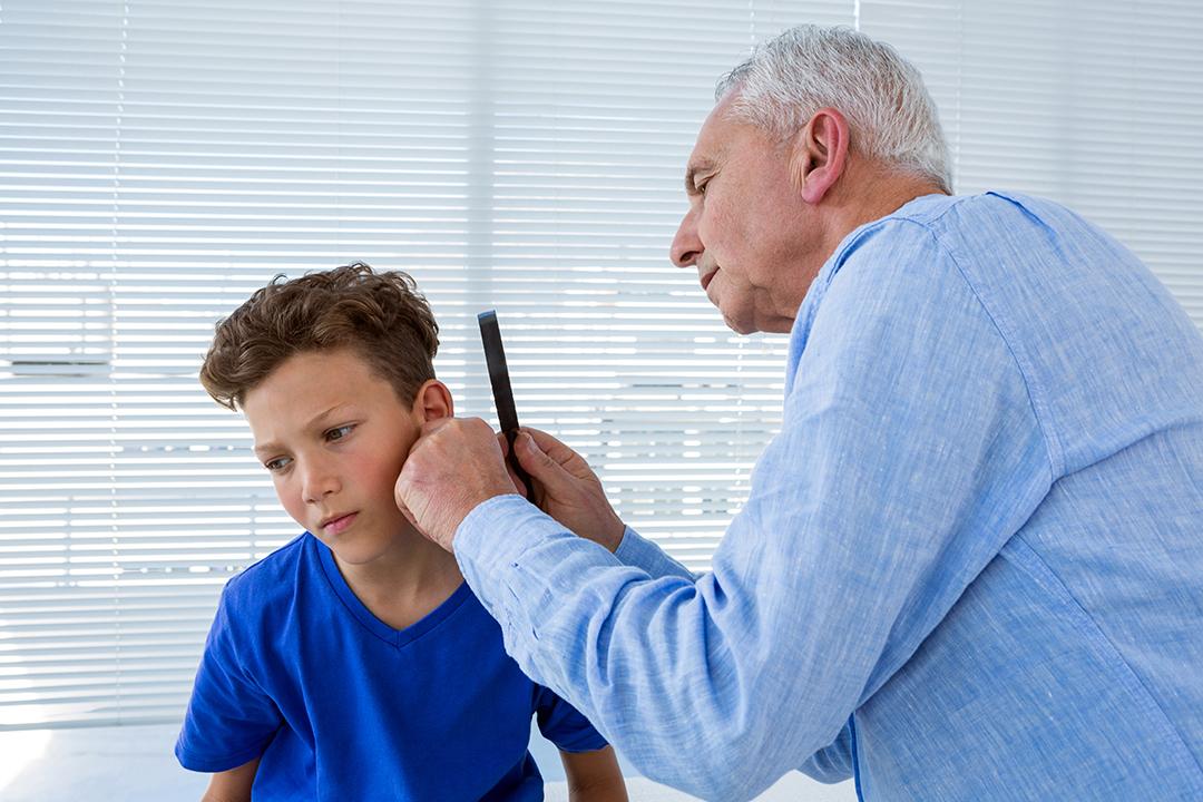 Doctor examinando el oído del paciente en la clínica