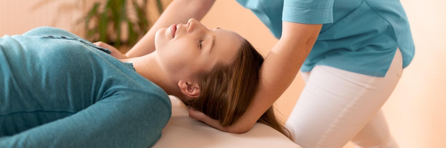Una paciente que recibe los beneficios de la terapia quiropráctica.