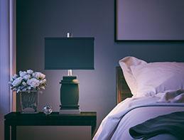 Un primer plano del dormitorio moderno en la noche.