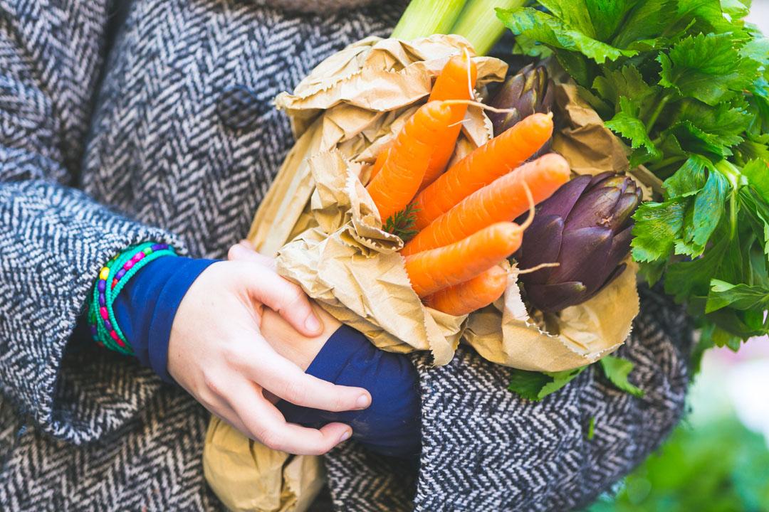 alimentos que combaten el moco - Vista cercana de zanahorias y algunas otras verduras