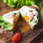Sándwich sabroso con huevo escalfado y aguacate