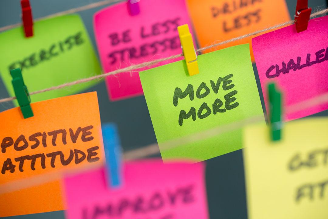 Notas post-it de primer plano de microobjetivos de motivación para moverse más para mantenerse saludable o perder peso - consejos para motivarse a hacer ejercicio