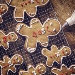 Decoración de galletas navideñas de jengibre con glaseado de colores