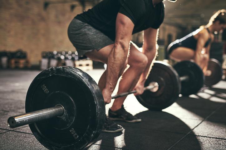 hombre levantando pesas construyendo fuerza