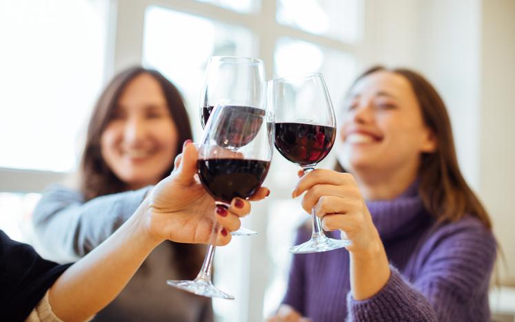 grupo de mujeres bebiendo vino - hábitos saludables para el corazón