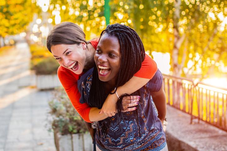 salud del corazón de la mujer - dos mujeres diversas felices