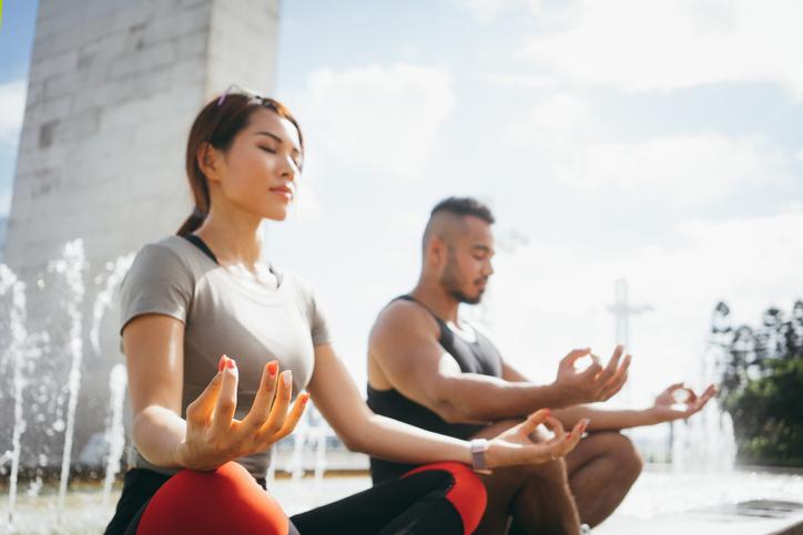 pareja joven, meditar, en, un, parque, aire libre - la salud del corazón - reduce el estres