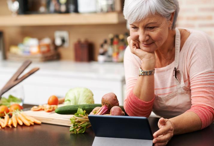 mujer mayor haciendo una receta saludable con verduras