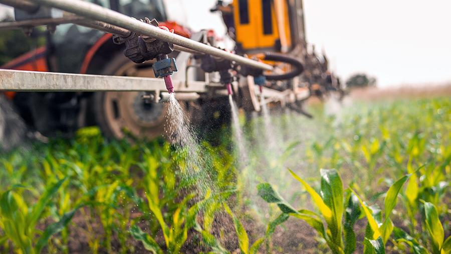 Rociador de cultivos rociar pesticidas en cultivos en campo - docena sucia - limpiar quince - alinear la vida