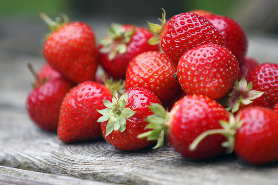 tumble of strawberries - dirty dozen - clean fifteen - alignlife