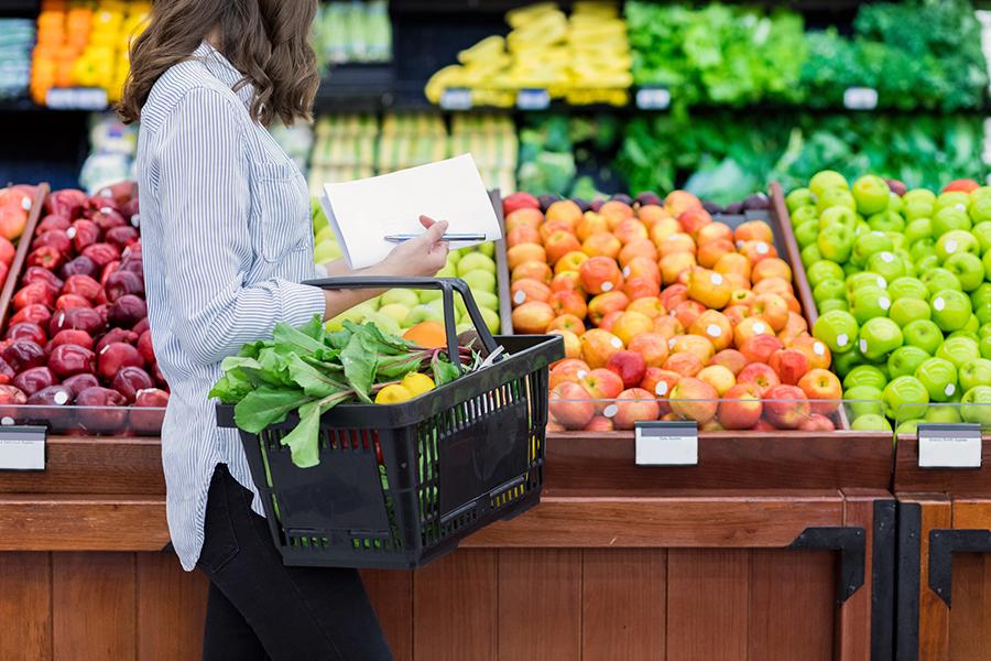 mujer comprando productos orgánicos - docena sucia - limpiar quince - alinear la vida