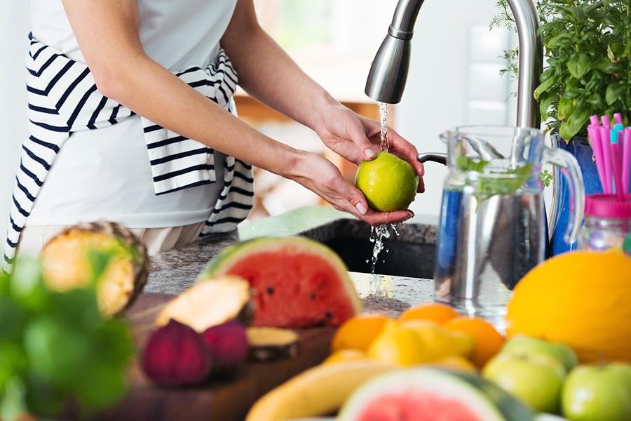mujer lavando una manzana - docena sucia - limpiar quince - alinear la vida