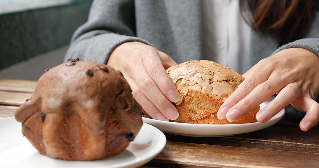 Eating bread in coffee shop - carbohidratos