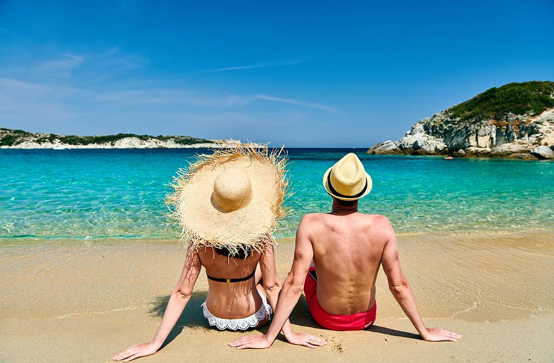 pareja en vacaciones en la playa