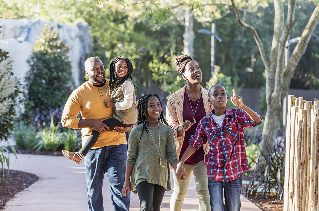 Familia afroamericana disfrutando de un día en un parque