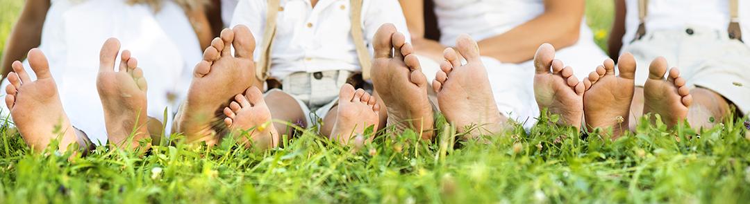 Familia joven feliz pasar tiempo al aire libre en un día de verano