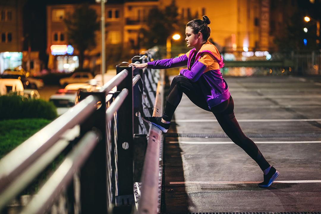 Hacer ejercicio de noche - Estirar y calentar