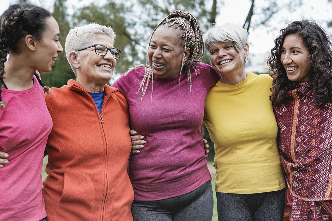 Mujeres multigeneracionales divirtiéndose juntas en el parque - Multirracial