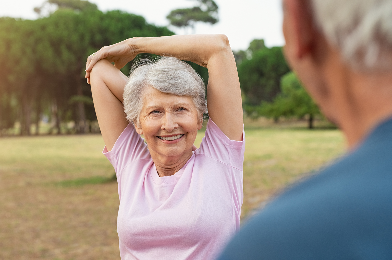 mujer mayor, estirar, en el parque