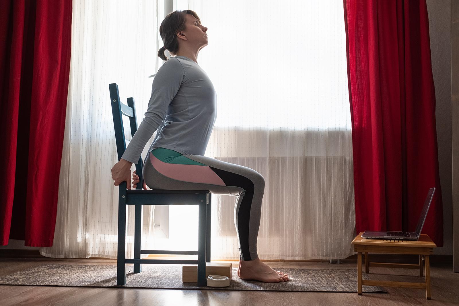 silla yoga gato vaca - mujer haciendo yoga en casa