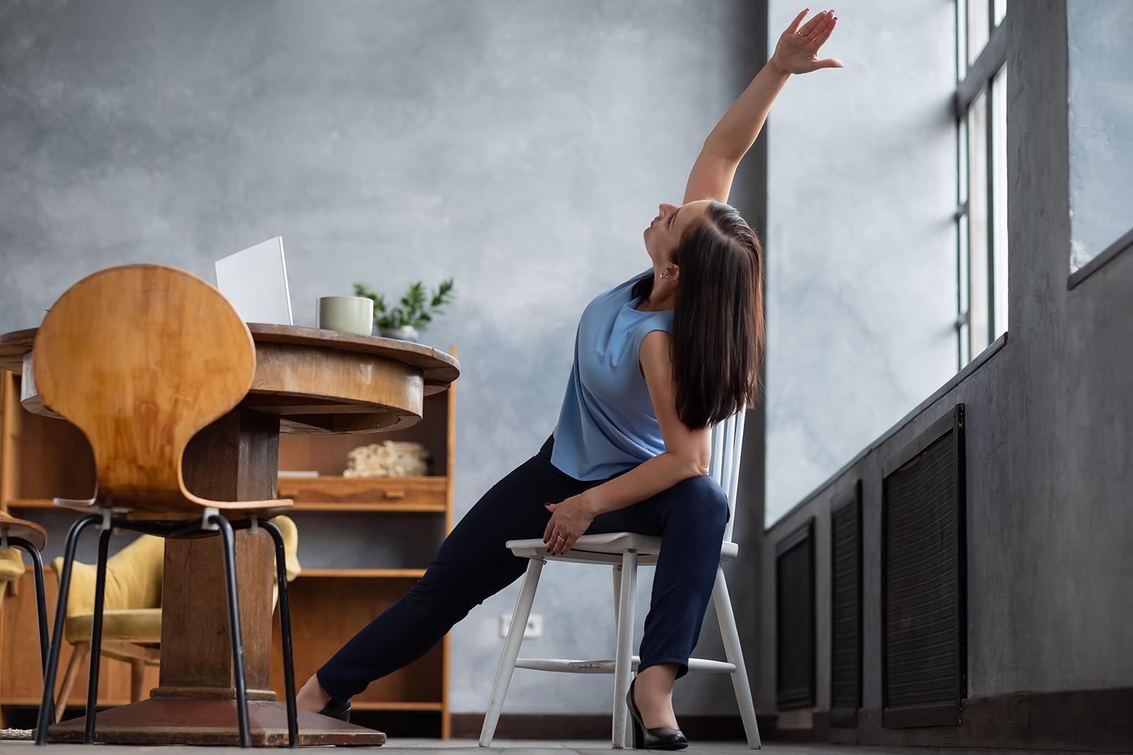 Mujer practicando yoga silla en casa
