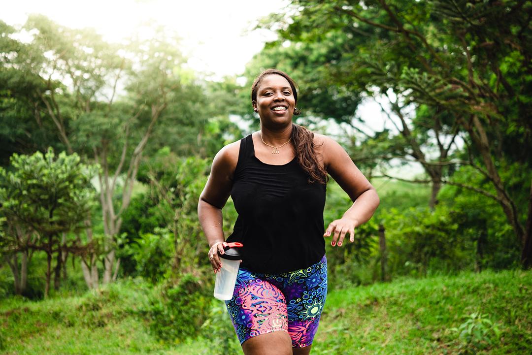 mujer haciendo ejercicio en la naturaleza
