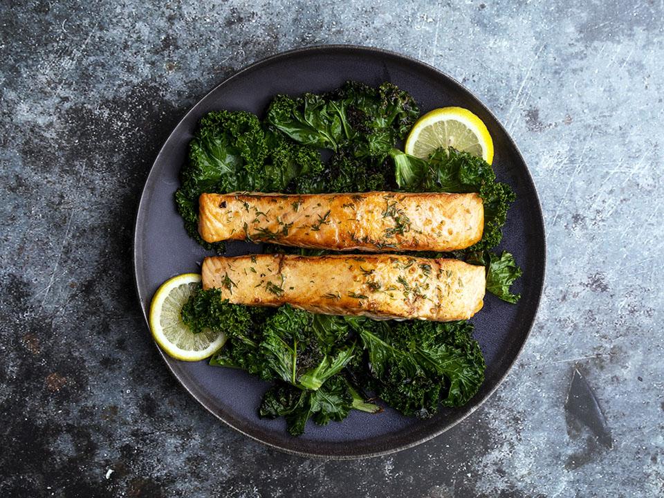 Pescado graso de salmón para energía durante todo el día