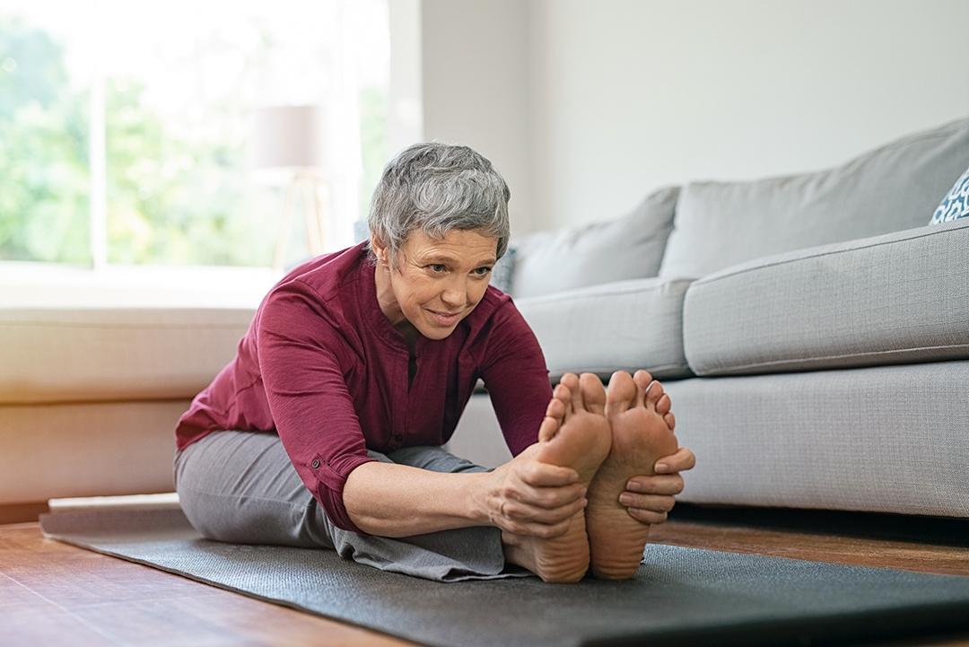 mujer mayor estirando - salud de las articulaciones