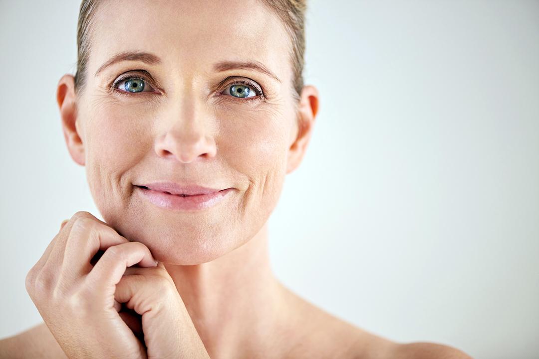 mujer manteniendo su piel en busca de salud con colágeno